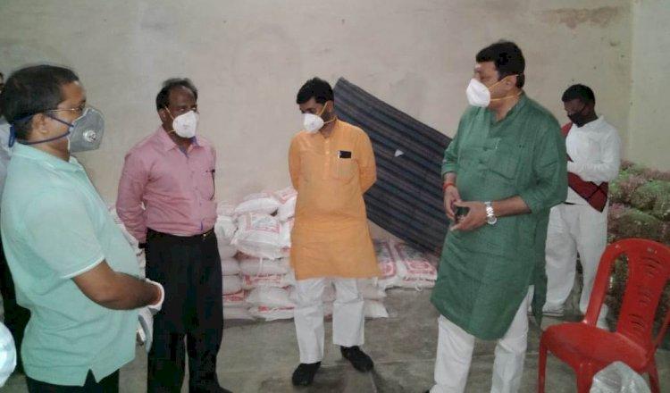 टीम के साथ बूथ वार जरूरतमंदों की मदद में जुटे हैं सदर विधायक युवराज सिंह