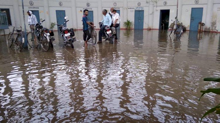 जल संकट की मार झेल रहे बाँदा में जल संस्थान ने बर्बाद कर दिया लाखों लीटर पानी