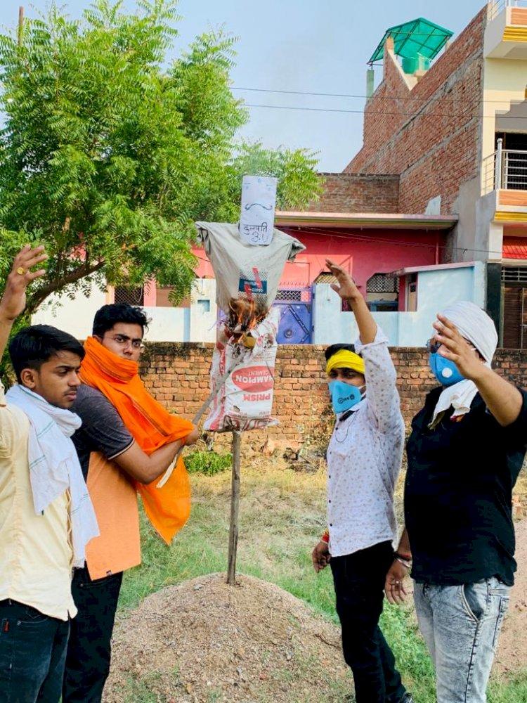 फीस वृद्धि के खिलाफ बुन्देलखण्ड के छात्रों में उबाल, कुलपति का फूंका पुतला