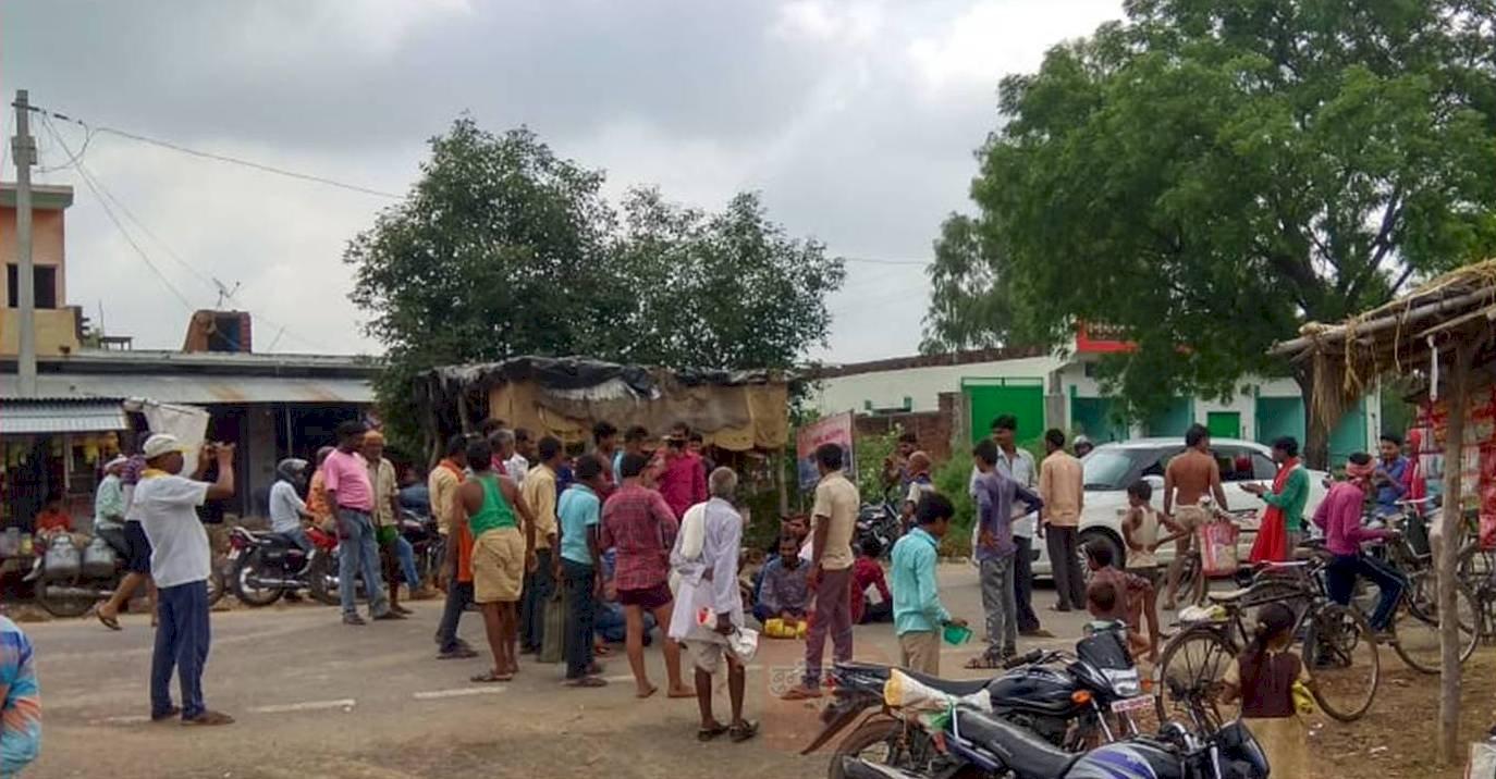 राशन न मिलने से नेशनल हाईवे पर ग्रामीणों ने लगाया जाम