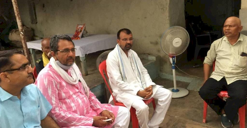 शहीद देवेंद्र मिश्रा के पैतृक गांव में संवेदना प्रकट करने वालों का तांता