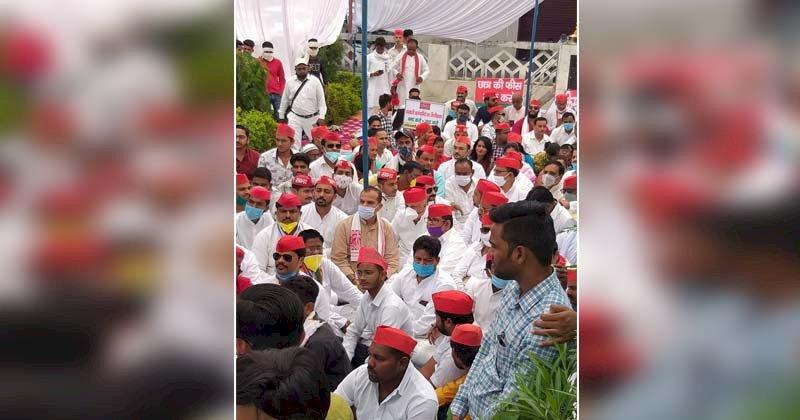 गांधी जयंती पर झाँसी में सपाइयों का दो घण्टे मौन व्रत कर विरोध प्रदर्शन
