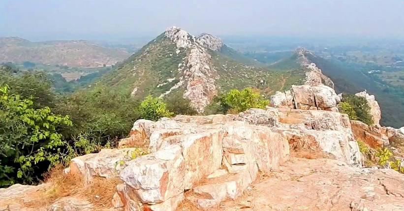 खत्री पहाड़  : नंदबाबा की बेटी ने इस पर्वत को दिया था कोढी होने का श्राप