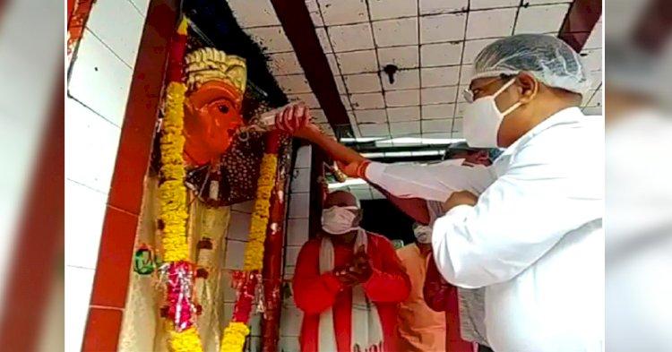 महाअष्टमी : उज्जैन में कलेक्टर ने चढ़ाई देवी को मदिरा