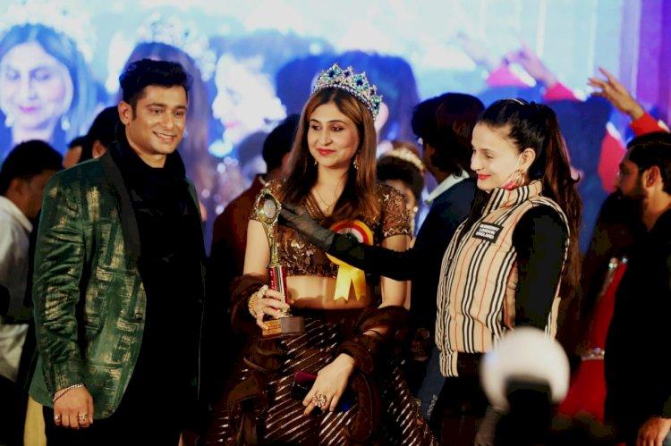 फिल्म अभिनेत्री अमीषा पटेल ने झाँसी की फाविहा खान को प्राईड ऑफ इंडिया का दिया अवार्ड