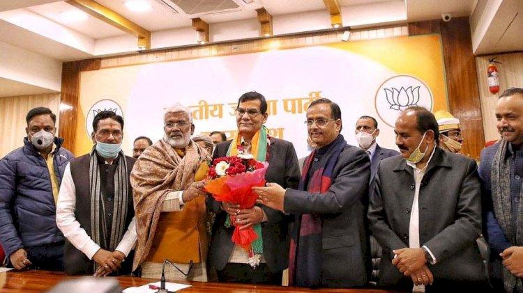 प्रधानमंत्री मोदी के करीबी अफसर रहे ए के शर्मा भाजपा में शामिल