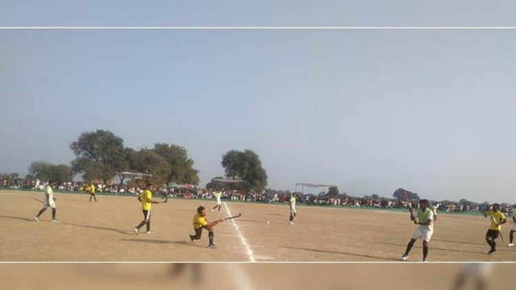 हमीरपुर : हाकी टूर्नामेंट करमपुर की टीम ने ट्राफी जीतकर रचा इतिहास