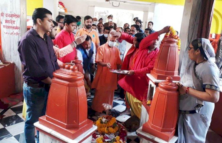 सीएम योगी आदित्यनाथ ने पीताम्बरा पीठ में की पूजा