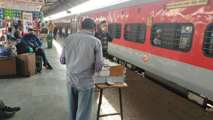 प्रतिबंधित पेटिज बिक्री में झांसी रेलवे बैकफुट पर, दाग धोने में जुटा