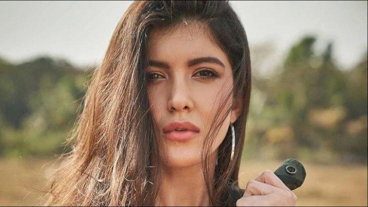 संजय कपूर की बेटी को लांच करने जा रहे बॉलीवुड निर्देशक कारन जोहर, आप भी जानिये कब करेंगे फिल्म का ऐलान