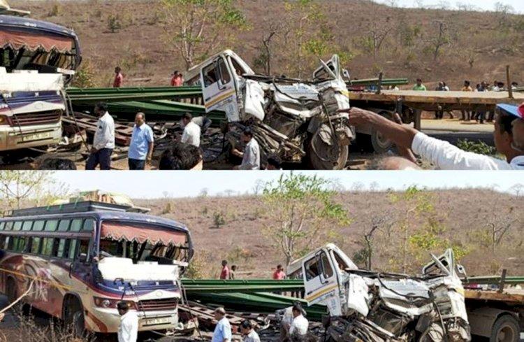 दमोह में हाइवे पर बस व ट्राला की भिड़ंत, 70 यात्री घायल