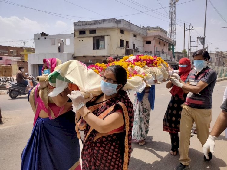 झाँसीः कलयुगी बेटे के कारण गई पिता की जान, बेटियों ने किया अंतिम संस्कार