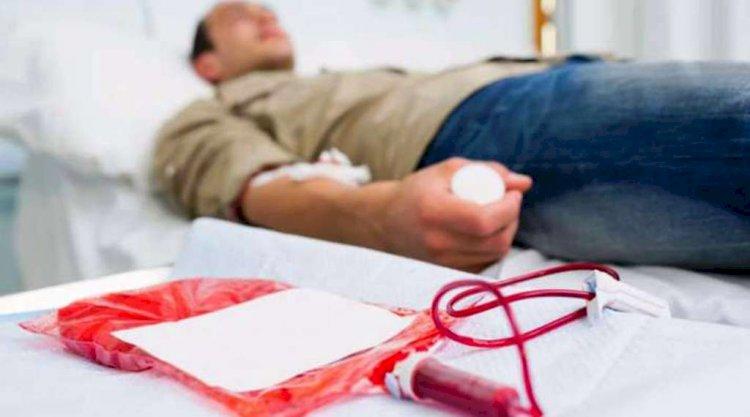 रक्तदान और अन्नदान कर रहे युवाओं की टोली बनी मानवता की मिशाल