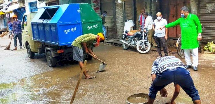 बारिश के बाद सब्जी मंडी में सफाई कराने को नगर पालिका चेयरमैन ने खुद मोर्चा संभाला