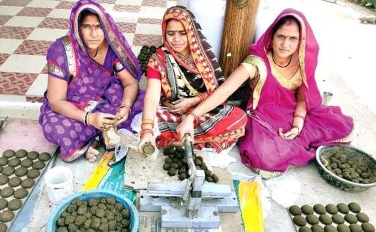 महिलायें गोबर से बना रहीं हवनकुंड पात्र, दे रहीं हजारों को रोजगार