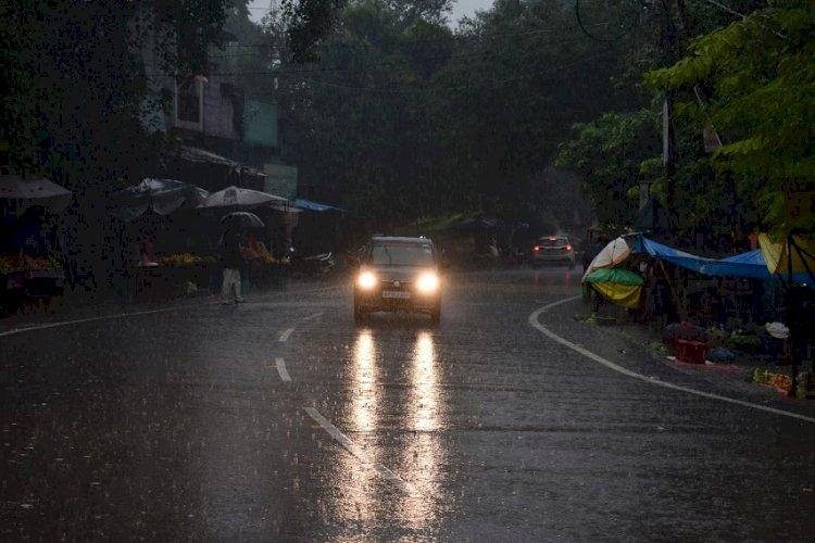 raining in up image, raining in banda, up rains