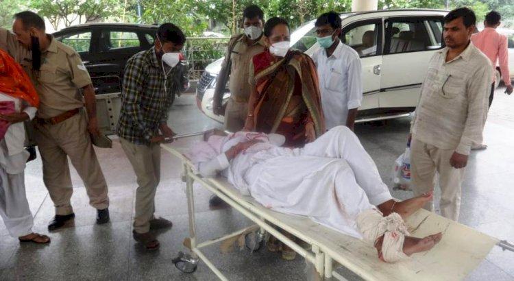 महिला आयोग सदस्य प्रभा गुप्ता ने घायल स्टाफ नर्स को अस्पताल पहुंचाया
