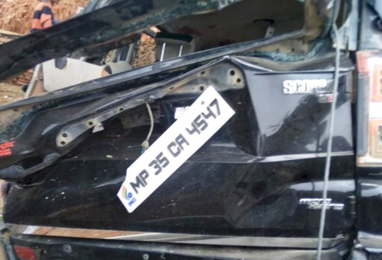 बाँदा : बारातियों से भरी स्कॉर्पियो बिजली के खंभे से टकराई, एक की मौत सात घायल
