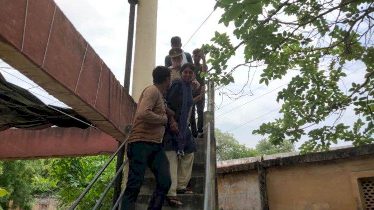 banda news, women climb on water tank