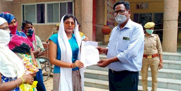 बाँदा : दस दिन से अनशन में बैठे ग्रामीणों