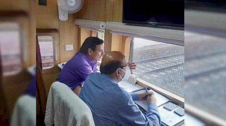 खजुराहो - महोबा - झाँसी रेल खण्ड दोहरीकरण व विद्युतीकरण कार्य की प्रगति को महाप्रबंधक ने देखा