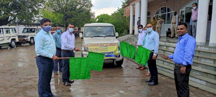 डीएम ने प्रधानमंत्री बीमा महा अभियान वाहन को हरी झंडी दिखाकर किया रवाना
