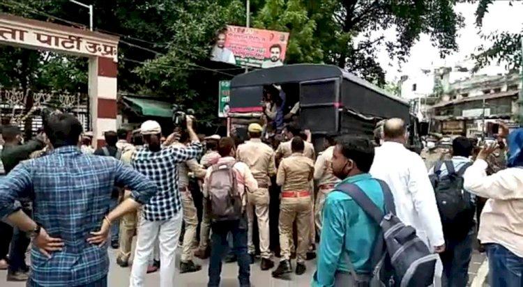 69 हजार शिक्षक भर्ती मामला : मुख्यमंत्री आवास व भाजपा मुख्यालय के बाहर प्रदर्शन कर रहे अभ्यर्थियों पर लाठी चार्ज