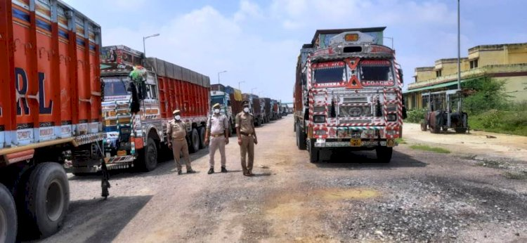 बाँदा : बालू चोरी करके जा रहे 16 ट्रकों को पुलिस ने पकड़ कर सीज किया