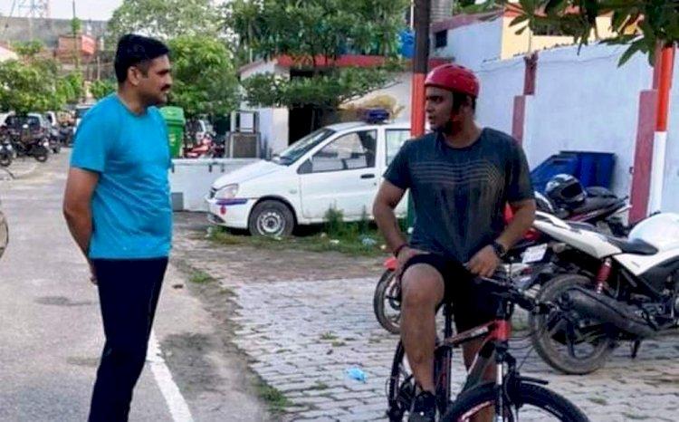 कानपुर : सड़कों पर साइकिल से निकले डीसीपी पूर्वी, जनता से जाना अपराधों को हालचाल