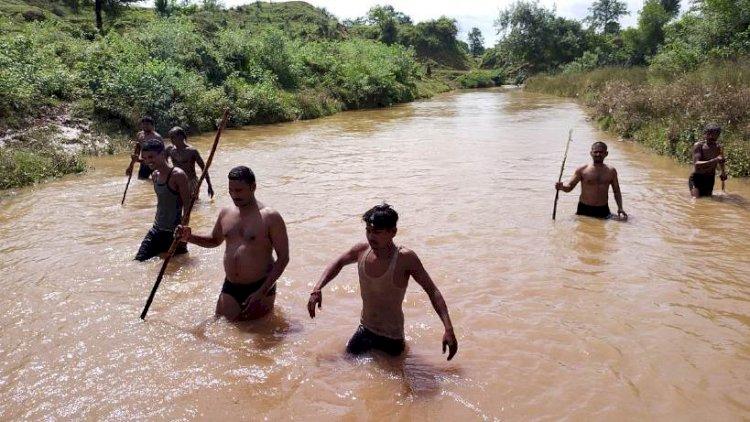चित्रकूट : बहती नदी में गोताखोर बन साहसी दरोगा ने 6 किलोमीटर तक तैरकर शव को ढूंढ निकाला