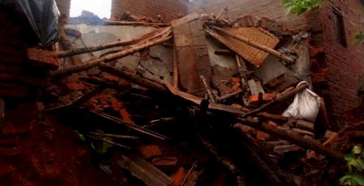 48 घंटे से हो रही बारिश के बीच दो मंजिला मकान ढह गया, सो रही महिला की मौत