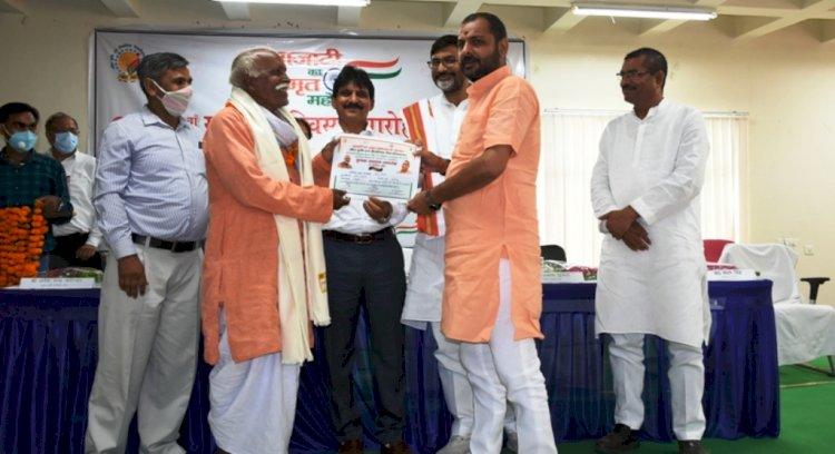 कृषि विश्वविद्यालय बांदा में स्वतंत्रता दिवस पर, सांसद व विधायक ने 20 कृषकों का सम्मान किया