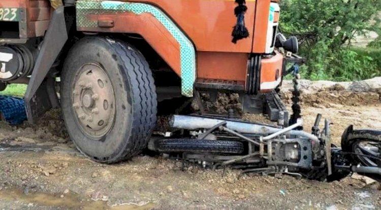 कानपुर झांसी हाईवे पर डीसीएम और बाइक की टक्कर में दो लोगों की मौत