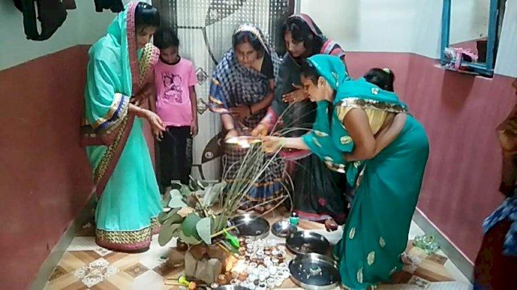 पुत्रों की दीर्घायु के लिए महिलाओं ने व्रत रख, हरछठ की पूजा अर्चना की