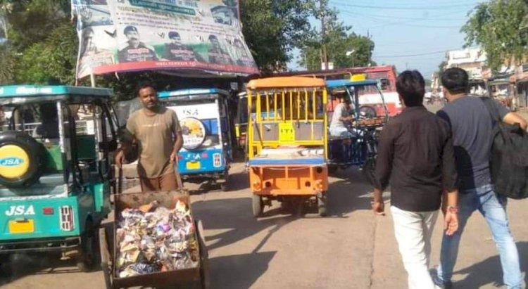 महोबा : शहर के यातायात के लिए नासूर बने ई-रिक्शा
