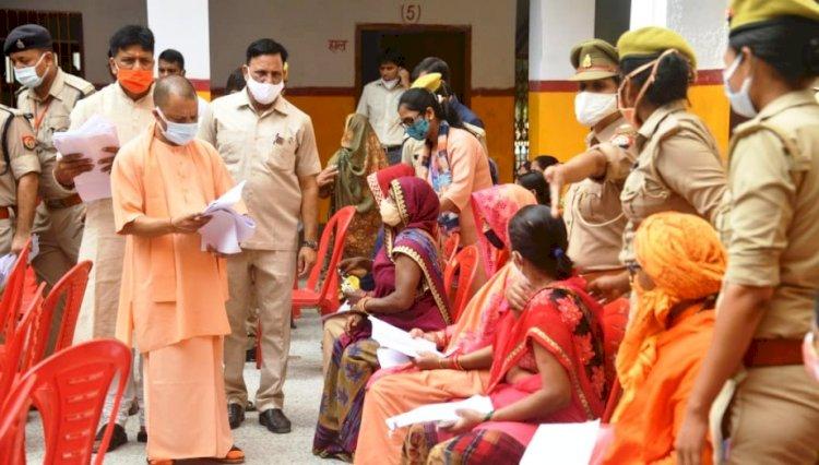 यूपी : जनता दरबार में मुख्यमंत्री योगी ने सुनीं फरियादियों की समस्याएं