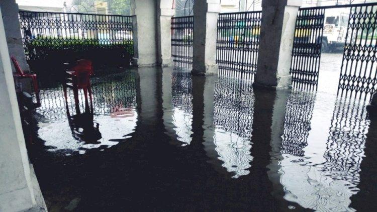 लखनऊ :  तेज बारिश से सरकारी कार्यालय से लेकर रिहायशी इलाकों में घुसा पानी, जनजीवन प्रभावित