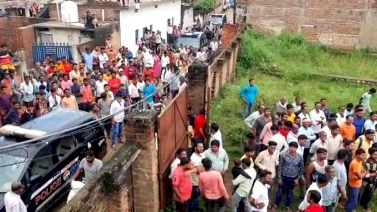 मोबाइल टावर पर चढ़ी युवती, झाँसी पुलिस को आया पसीना