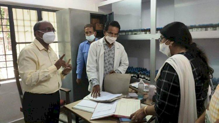 डीएम ने होम्योपैथिक जिला कार्यालय और होम्योपैथिक जिला चिकित्सालय में मारा छापा