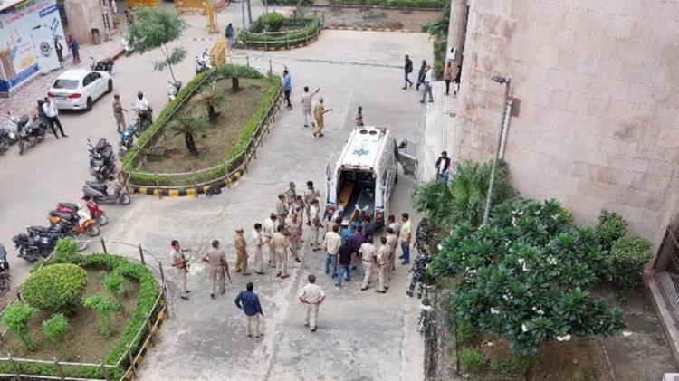 दिल्ली कोर्ट में चलाई गोली..