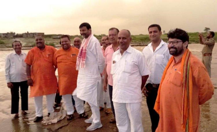 सांसद आरके सिंह पटेल दर्जनभर भाजपा नेताओं के साथ बरदहा नदी की बाढ़ में फंसे