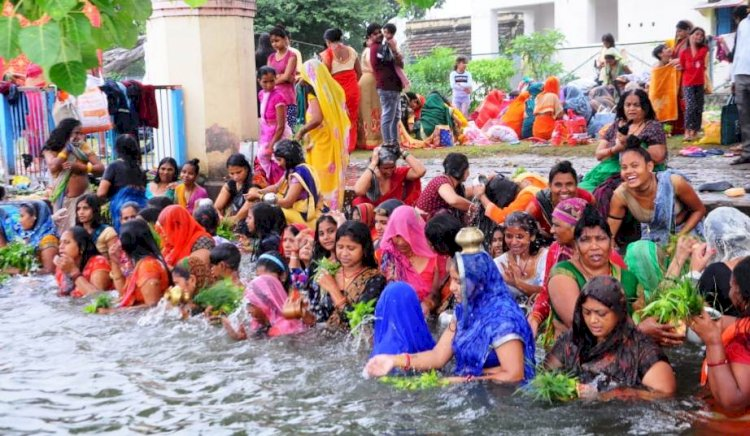महालक्ष्मी पर्व पर सौभाग्यवती महिलाओं ने घर-घर पूजे हाथी