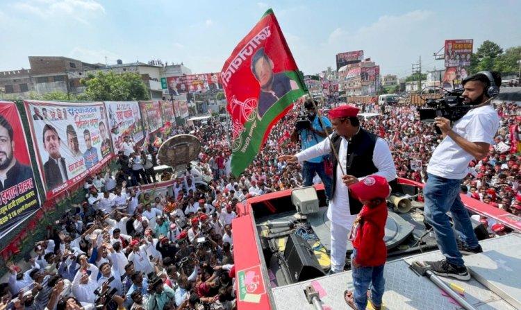 अखिलेश यादव ने कानपुर से शुरु की विजय रथयात्रा, खजांची ने दिखाई हरी झण्डी