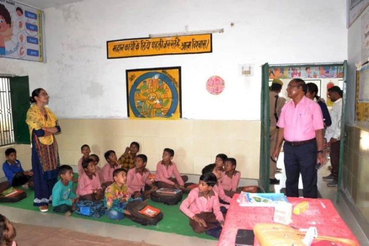 डीएम सहित 101 अधिकारियों ने परिषदीय स्कूलों में बच्चों की क्लास ली