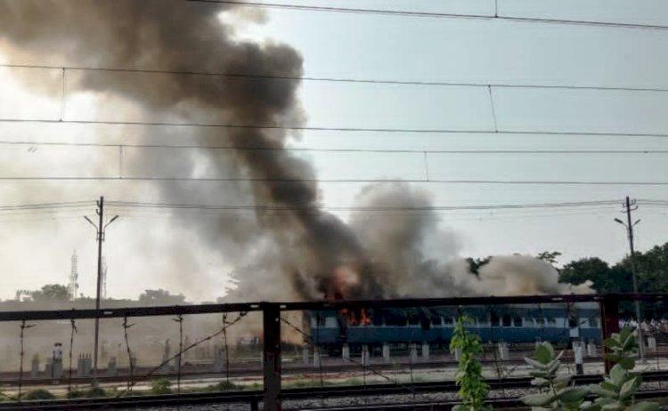 ट्रेन के बोगी से धुंआ निकलता देख लोग चौंके, डिरेल होने की सूचना पर सिहरे
